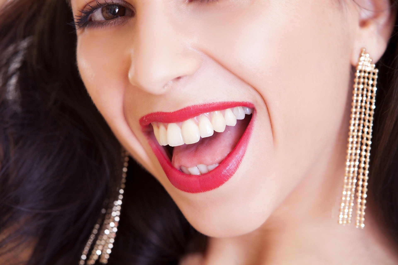 Denti bianchi, 9 rimedi naturali che funzionano! - LEITV